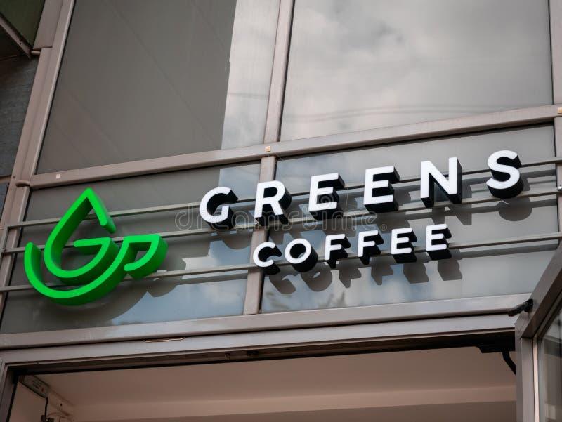 Москва, Россия - 14 сентября 2019 года: Надпись с наружной рекламой кафе и логотипом Greens Coffee над входом с открытыми дверями стоковое изображение rf