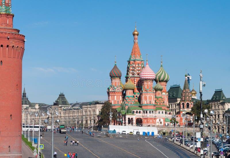 МОСКВА, РОССИЯ - 21 09 2015 Собор базилика Святого и спуск Vasilevsky красной площади в Москве Кремль, стоковые фото
