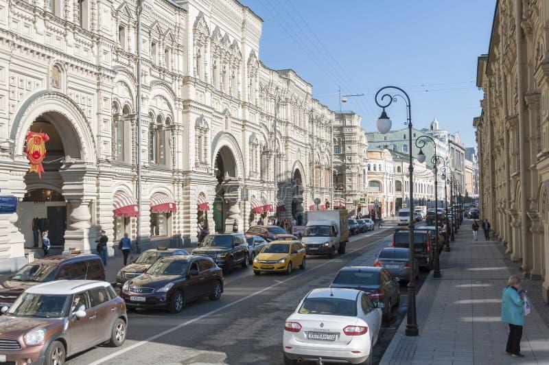 МОСКВА, РОССИЯ - 21 09 2015 Улица Ilinka, камедь и средние торгуя строки стоковые изображения rf