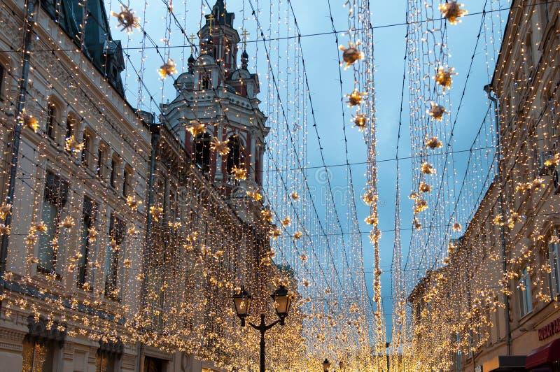 Москва, Россия - 23-ье декабря 2017 Улица Nikolskaya в вечере Нового Года и рождества освещает украшение стоковые фото