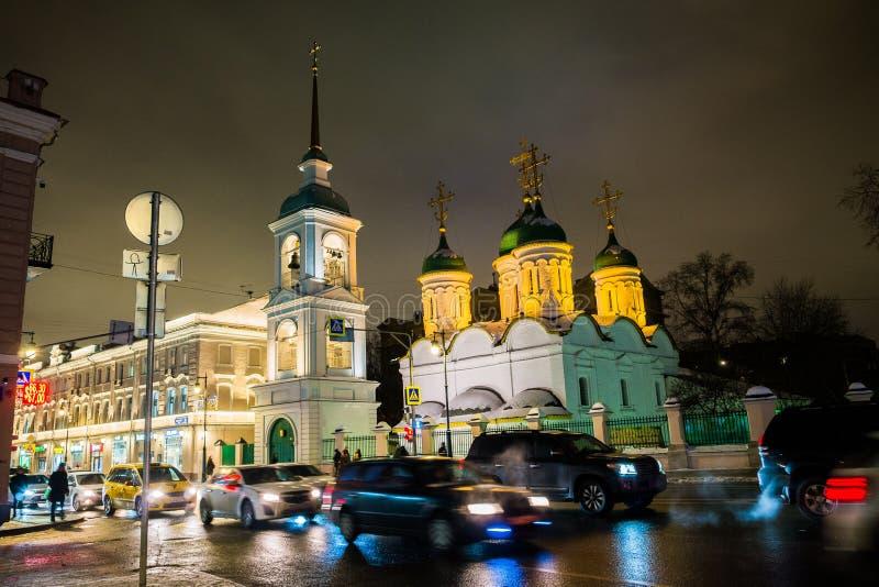 МОСКВА, РОССИЯ, 23-ЬЕ ЯНВАРЯ 2019: Церковь святой троицы в листах Взгляд зимы ночи стоковые изображения rf