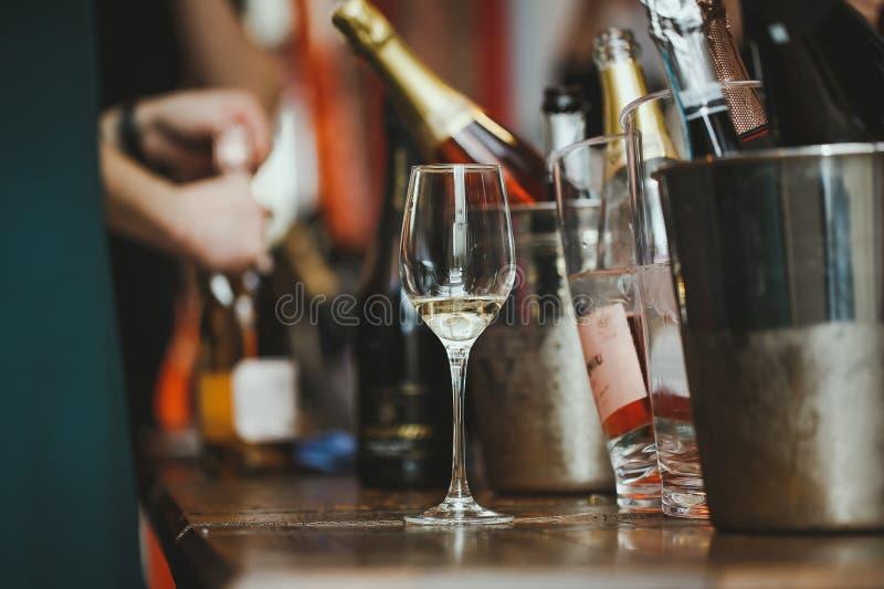 Москва, русское федерирование 30-ое марта 2019: дегустация вин: стекло с остатками вина на таблице рядом с серебряным bucke стоковые фото