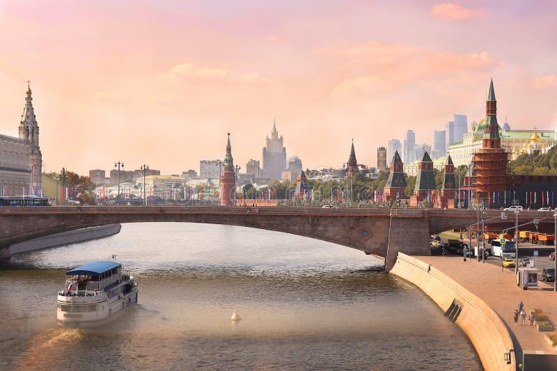Москва центризует lanscape реки с шлюпкой и мостом распаровщика стоковая фотография