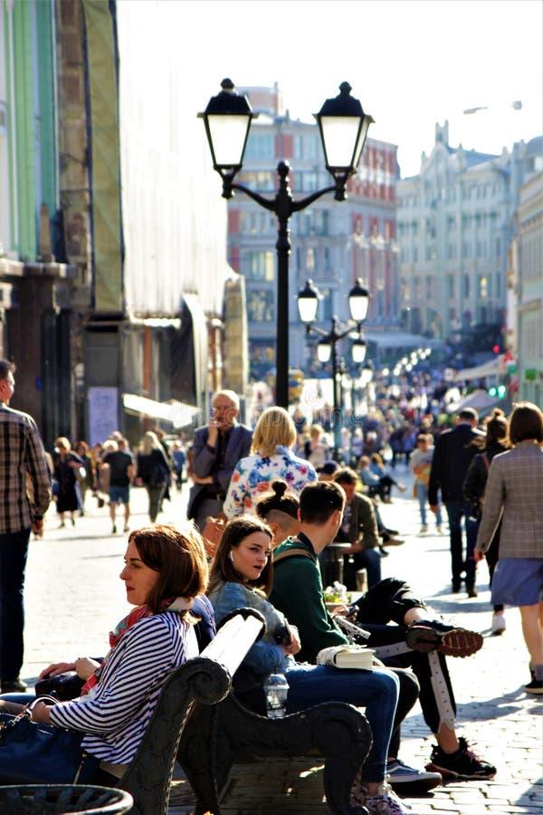 05 24 Москва 2019 E взгляд улицы для пешеходов, людей ослабляет, выборочный фокус стоковое изображение rf