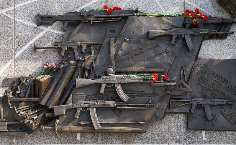 МОСКВА, RUSSIA/SEPTEMBER 20,2017: Памятник к дизайнерскому автомату Калашниковаа Mikhail, создателю штурмовой винтовки автомата К стоковое изображение rf