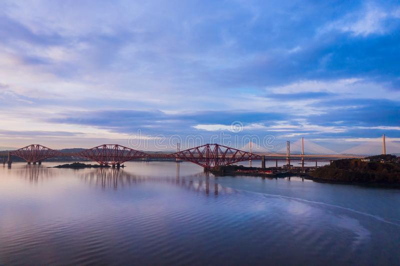 3 моста, вперед железнодорожный мост, вперед мост дороги и скрещивание Queensferry, над лиманом вперед около Queensferry в Шотлан стоковое изображение rf
