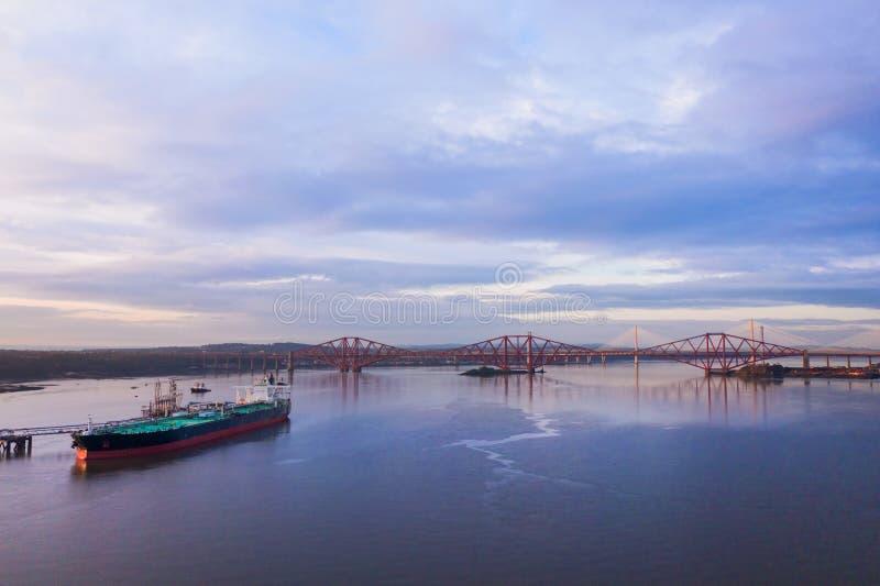 3 моста, вперед железнодорожный мост, вперед мост дороги и скрещивание Queensferry, над лиманом вперед около Queensferry в Шотлан стоковые фото