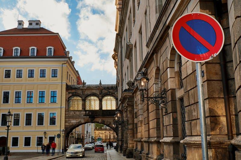 Мостить улицы с винтажными уличными фонарями фонариков старого исторического центра Дрездена, Германии стоковые фото
