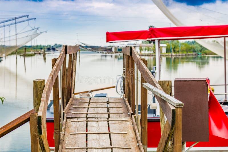 Мостк сделанный деревянных планок в тиши brackish лагуны стоковые изображения rf