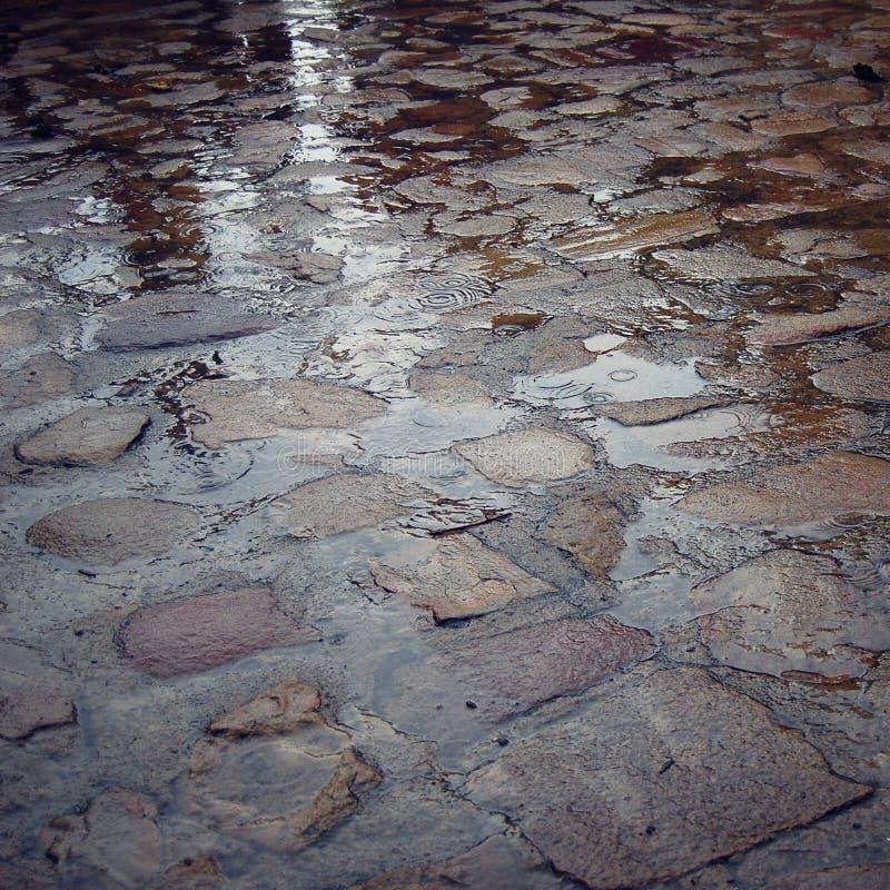 Мостоваая в дождливом дне - ретро фильтр булыжника Влажные вымощая камни стоковые фото