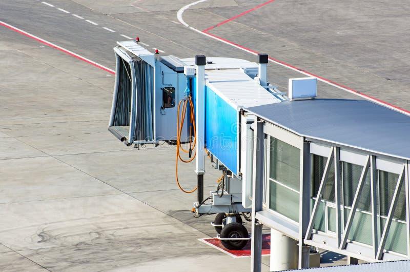 Мосты восхождения на борт на авиапорте и взгляд следа и асфальта управления рулем стоковые изображения rf