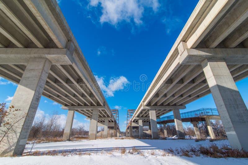 Мосты дороги местного значения нижней стороны которые идут над рекой к югу от города-побратимов - большие прямые линии, симметрия стоковые изображения rf
