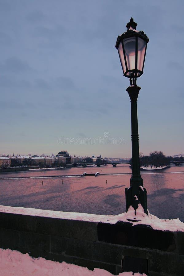 Download мосты над побеспокоенной водой Vltava Стоковое Фото - изображение насчитывающей горизонт, драка: 493540