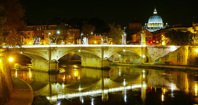 Download Мосты над рекой Тибром и базиликой St Peters в Риме к ноча Стоковое Изображение - изображение насчитывающей vatican, итальянско: 81807791