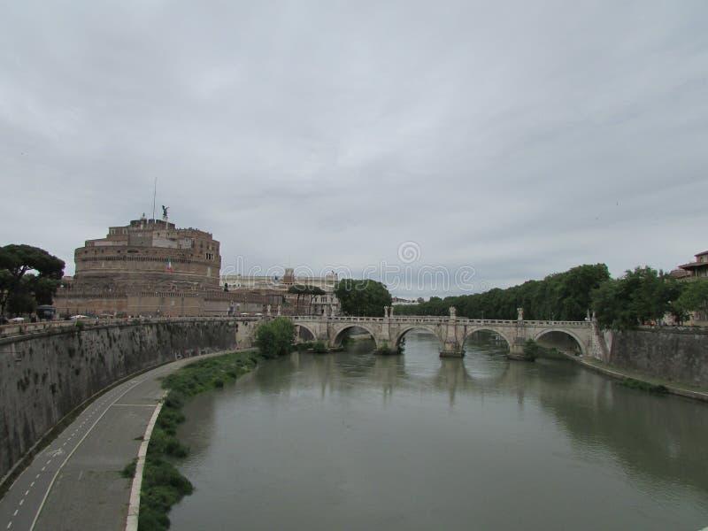 Мосты Рима, реки Тибра, на левой стороне средневековый замок святого ангела стоковые изображения