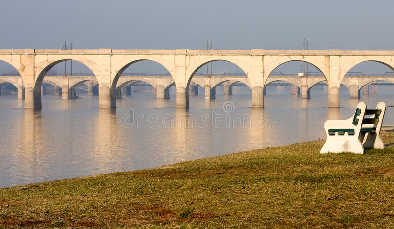 мосты стенда обозревая реку парка стоковое фото rf