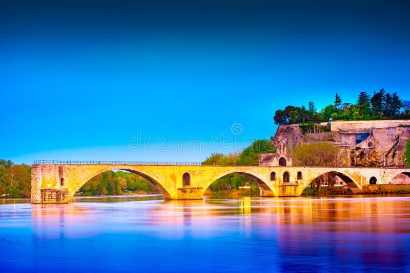Мост Авиньона и Папы Дворец, Авиньон, взгляд ночи, Франция стоковые фото