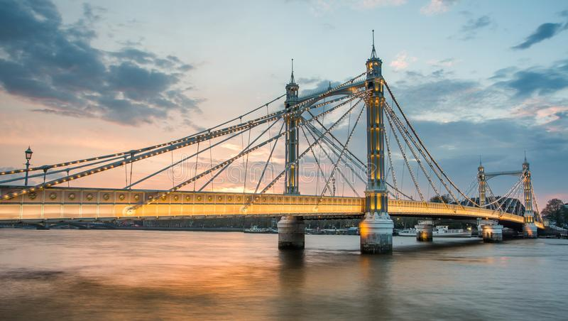 Мост Альберта и красивый заход солнца над Темзой, Лондоном Англией Великобританией стоковые фотографии rf