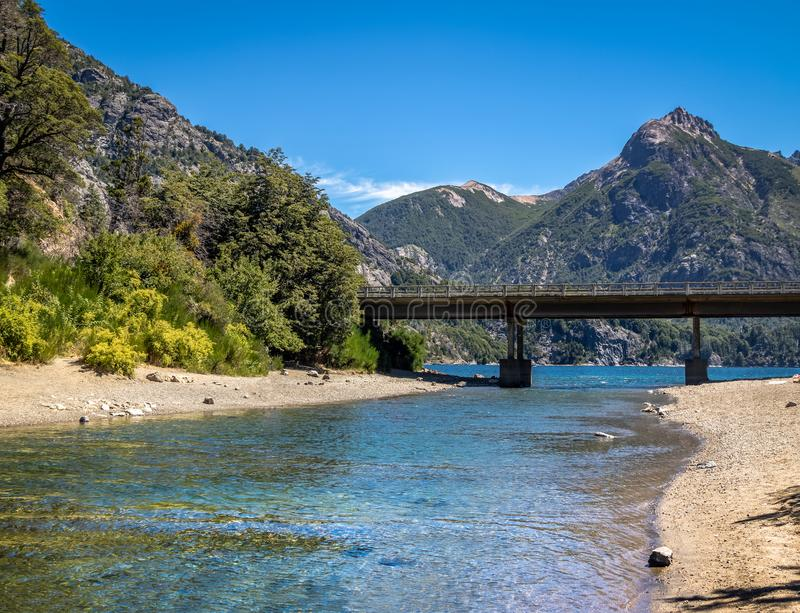 Мост ангостуры Ла Арройо на Circuito Chico - Bariloche, Патагонии, Аргентине стоковое изображение