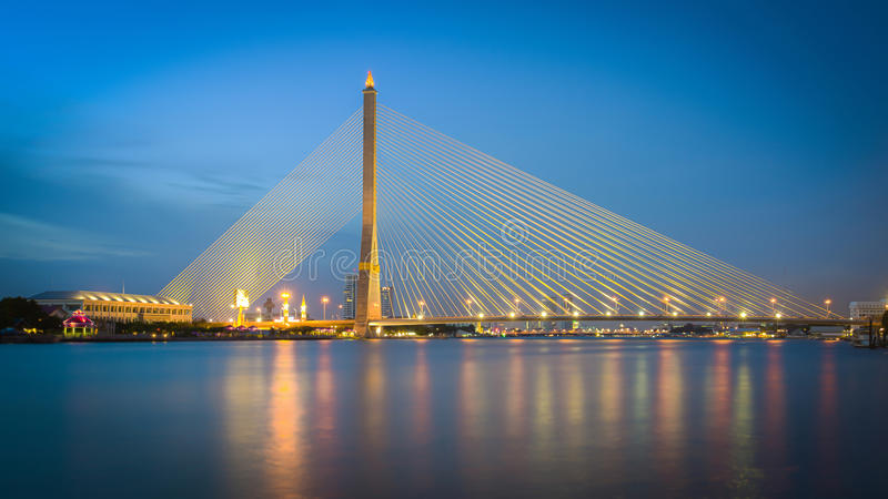 Мост Бангкока Rama VIII на сумерк стоковая фотография