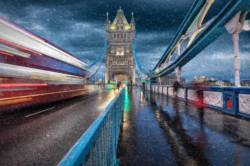 Download Мост башни в Лондоне в зиме Стоковое Фото - изображение: 104274212