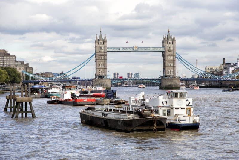 Download Мост башни в Лондоне над Рекой Темза Редакционное Фотография - изображение насчитывающей строя, великобританское: 81811627