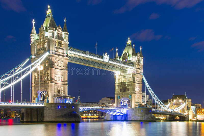 Мост башни в темноте стоковые изображения rf