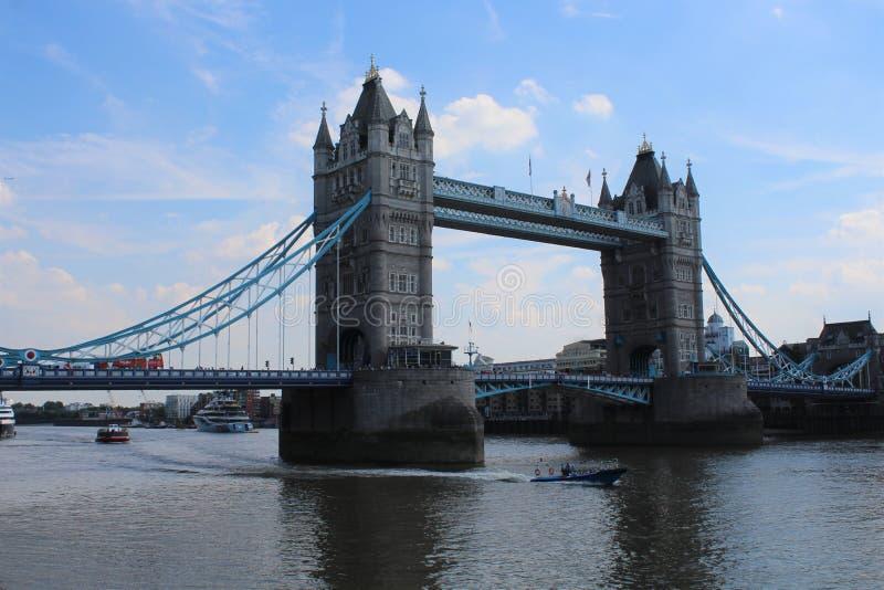 Мост башни, Лондон Англия, с голубым небом стоковое изображение rf