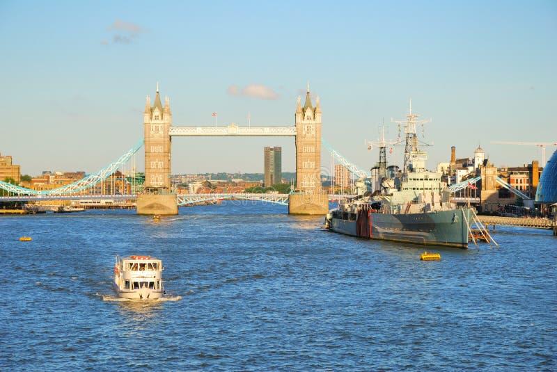 Download Мост башни Лондона и река Темза в вечере освещают Стоковое Фото - изображение насчитывающей европа, круиз: 33730570