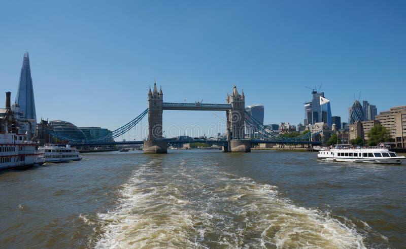 Мост башни над рекой Темза на солнечный день Исторический и иконический ориентир города Лондона стоковые изображения rf