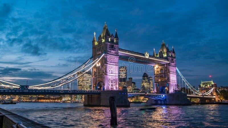 Мост башни на ноче с городом Лондона на заднем плане стоковые фотографии rf
