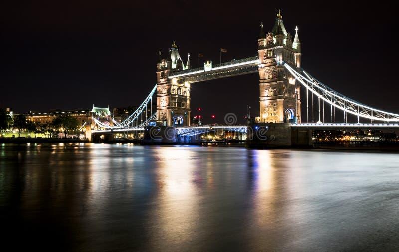Мост башни на ноче стоковая фотография