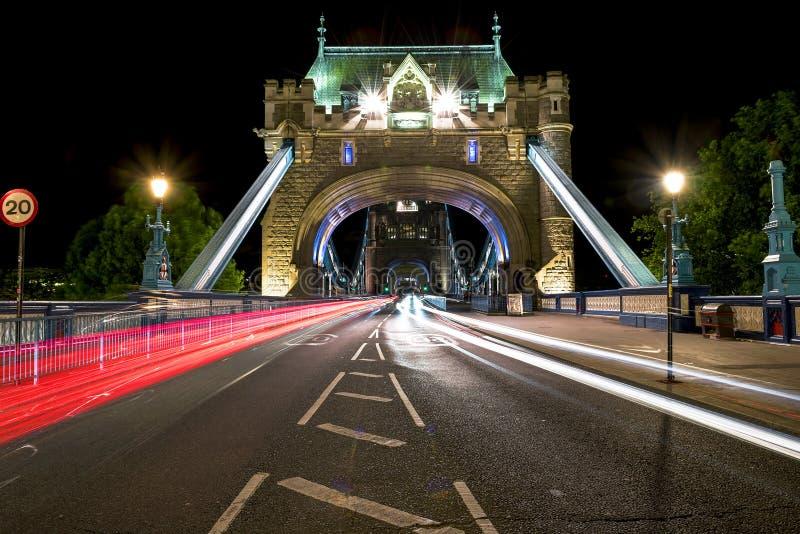 Мост башни на ноче стоковые фотографии rf