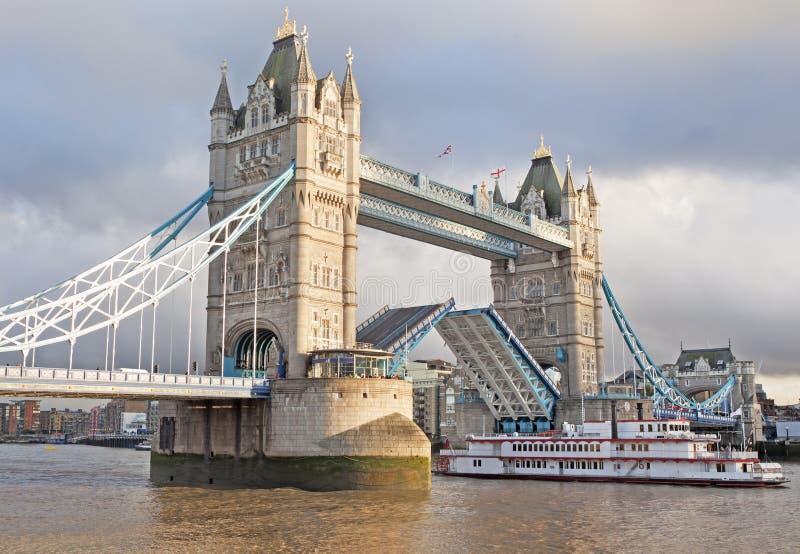 Мост башни открытый и шлюпка проходя до конца, Лондон, Англия стоковое изображение rf