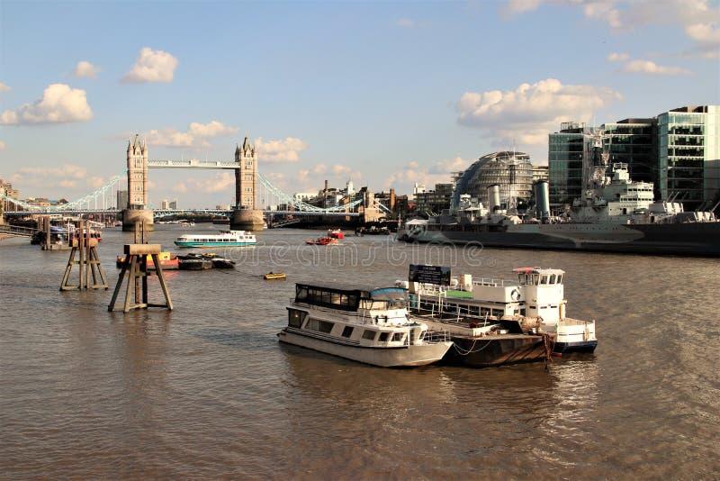 Мост башни, река Темза, шлюпки на rive стоковое изображение rf