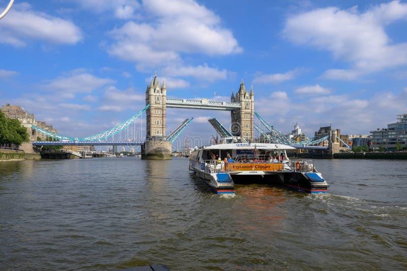 Мост башни, с перекидным мостом открытым позволить паруснику в стоковое фото