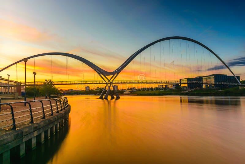 Мост безграничности на заходе солнца в Stockton-на-тройниках стоковые фото
