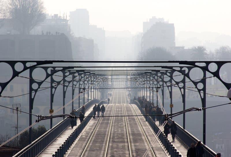 Мост, бриг, мощёная дорожка, бесконечный, бесконечный, неоглядный, инфинитивный, ilimitable, туман, туман, помох, облако, нерезко стоковые фото