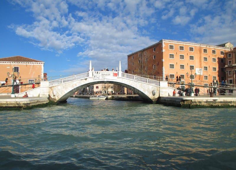 Мост венецианского стиля белый каменный над грандиозным каналом Венеции стоковые изображения rf