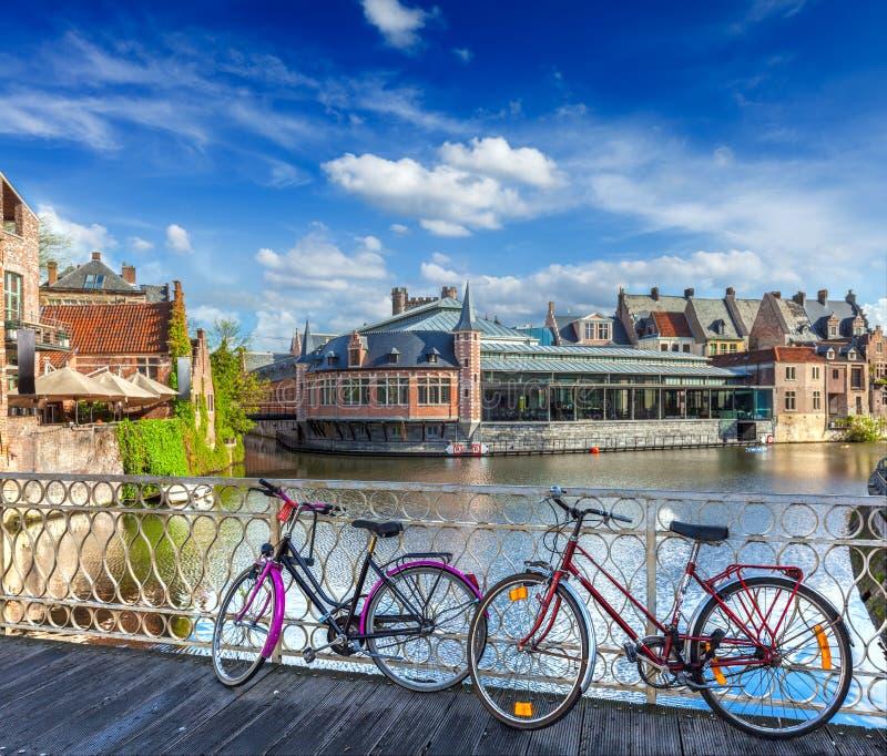 Мост, велосипеды и канал. Гент, Belghium стоковое фото