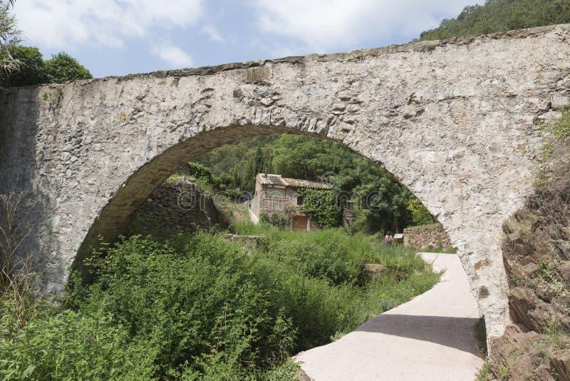 Мост мост-водовода и на заднем плане дом мельницы стоковые фото