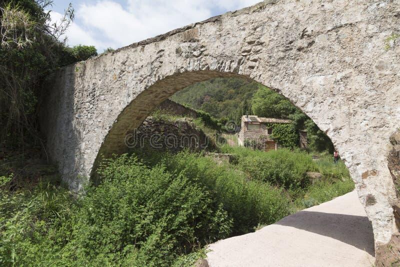 Мост мост-водовода и на заднем плане дом мельницы стоковое фото