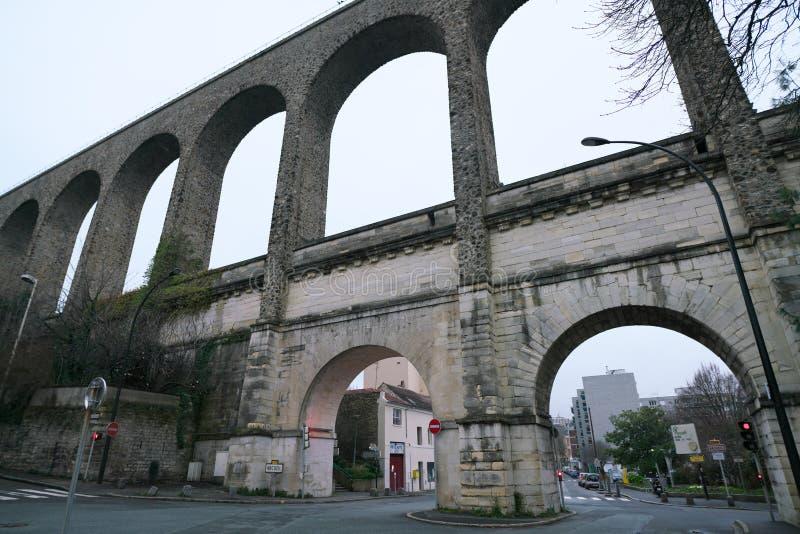 Мост-водовод в Arcueil-Cachan, Париже, в утре стоковое фото