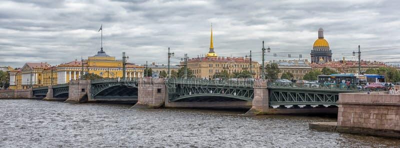 Мост дворца, Neva стоковые изображения rf