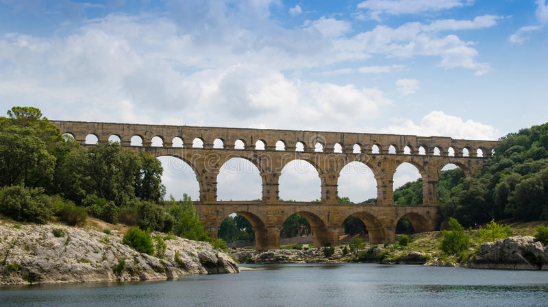 Мост-водовод Pont Du Гара пересекая реку Gardon около Nimes в Франции стоковое фото