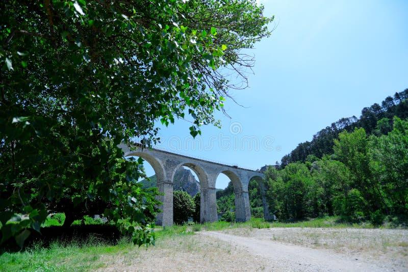 Мост во Франции в середине природы стоковое изображение rf