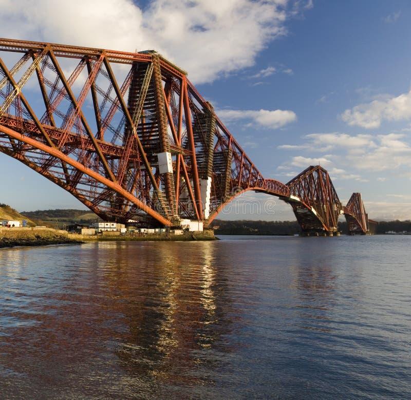 мост вперед прокладывает рельсы Шотландия стоковые изображения rf