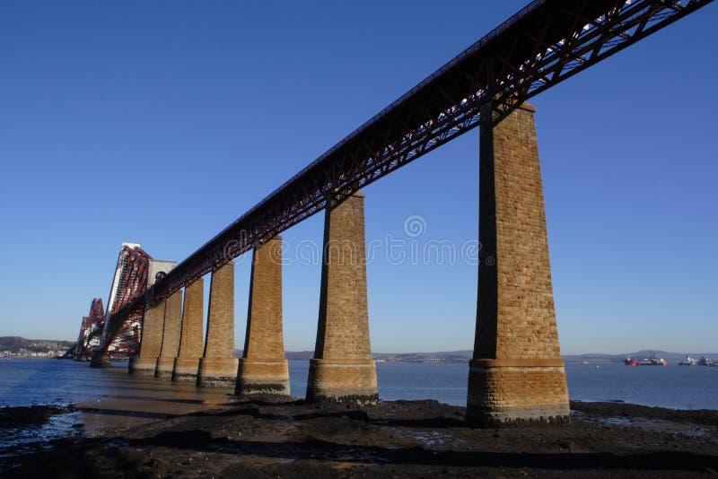 мост вперед прокладывает рельсы стоковое фото