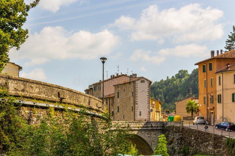 Мост в деревне холма в Италии стоковое фото