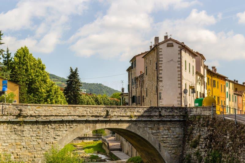 Мост в деревне холма в Италии стоковое фото rf